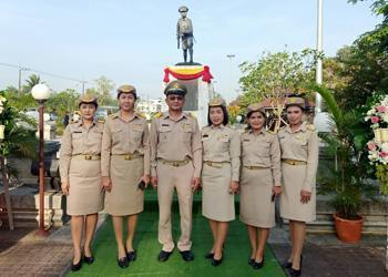 นายสุนทร ไทรชมพู รองผู้อำนวยการฝ่ายบริหารโรงพยาบาลชุมพรเขตรอุดมศักดิ์ พร้อมด้วยเจ้าหน้าที่ ร่วมพิธีวางพวงมาลาอนุสาวรีย์วีรชนไทย (ยุวชนทหาร) ณ อนุสาวรีย์ยุวชนทหาร